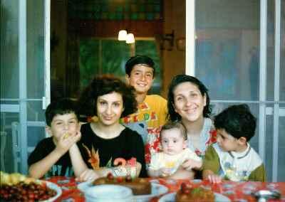 رزیتا و آزیتا شرف جهان (خواهر) به همراه فرزندان