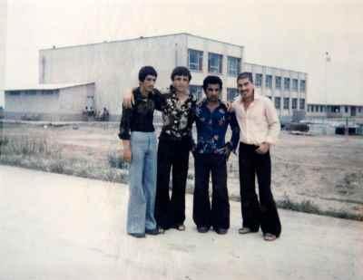 آنه محمد تاتاری در دوران جوانی ( اولی از راست)