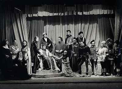 منوچهر انور (ششمین نفر از راست) ،  نمایش ریچارد سوم -سال 1952