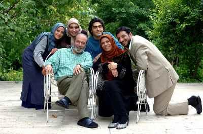 از راست نشسته: امیر جعفری، گوهر خیراندیش، علی نصیریان - سریال (میوه ممنوعه) - کارگردان: حسن فتحی - سال ۱۳۸۶