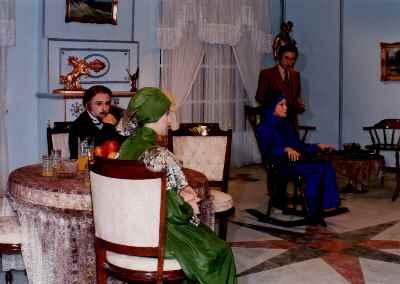 از راست: احمد آقالو ، جمیله شیخی، فاطمه معتمد آریا، رضا بابک - تله تئاتر بازپرس وارد می شود