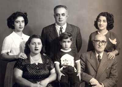 ایران درودی در دوران نوجوانی  به همراه خانواده (سمت چپ)
