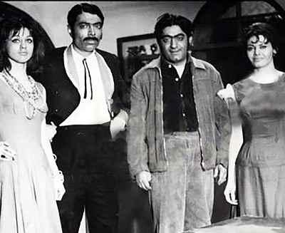 از راست: فخری خوروش، عزت الله انتظامی، علی نصیریان و فرزانه تائیدی در تئاتر تلویزیونی روشنائی های شهر ما