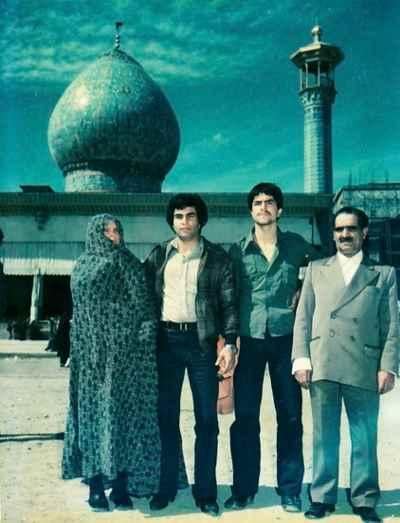 از راست: پدر ، یدالله صمدی (نفر سوم)، مادر