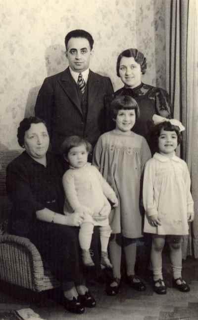 ایران درودی (کودک سمت راست) در دوران کودکی به همراه خانواده