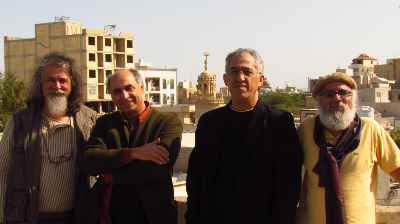 از راست: حسین احمدی نسب، جمشید حقیقتشناس، حسین ماهر، رحیم مولاییان- جشنواره نقاشی،لافت، جزیره قشم- اوایل دههی ۹۰