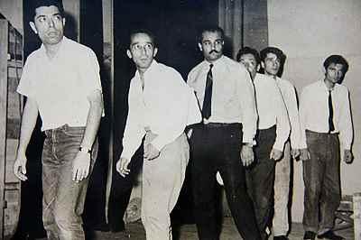 از راست:  ناشناس، ناشناس، چمشید مشایخی، سیروس افهمی، جعفر والی، علی نصیریان- تمرین نمایش چوب به دستهای ورزیل