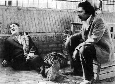 از راست: علی نصیریان، اسماعیل محمدی - فیلم سینمایی دایره مینا، کارگردان: داریوش مهرجویی