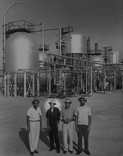 از راست : راهنماي پالايشگاه ، گارنيك در هاكوپيان ، رضا بانگيز ، بهمن بروجني - پالايشگاه نفت آبادان ، سال ١٣٤٣-٤٤