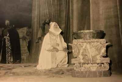 از راست : اسماعیل شنگله ، ناشناس، علی نصیریان- نمایش آرش تیرانداز (احتمالا) - سال ۱۳۳۸ - تالار فرهنگ