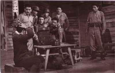 از راست: علی نصیریان ، محمدعلی کشاورز ، جمشید مشایخی - نمایش پایان آهنگ ، کارگردان: اسماعیل شنگله