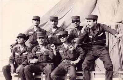 گارنیک درهاکوپیان در دوران سربازی (از چپ نفر اول نشسته)
